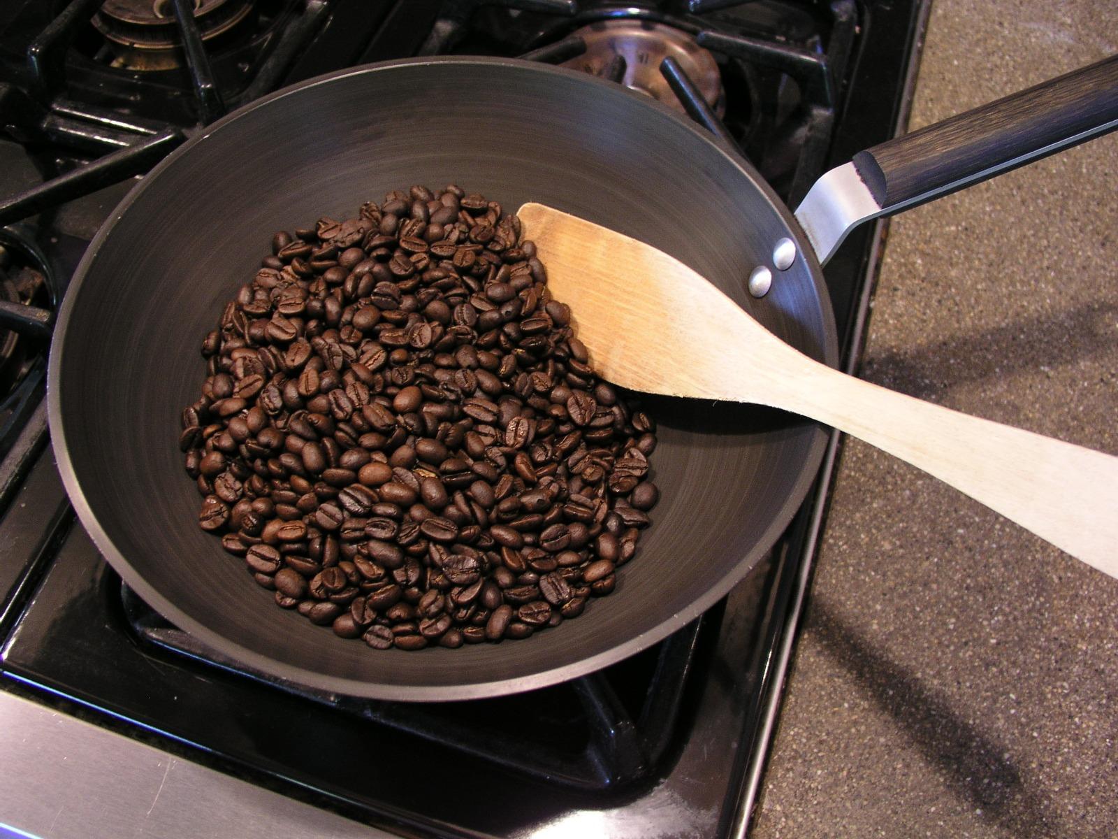 koffiebonen branden in een pan